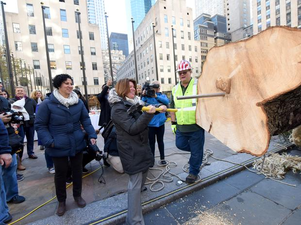 Shirley Figueroa and Lissette Gutierrez, the donors of the Christmas tree, helping workers with the tree arrival in front of Rockefeller Center.